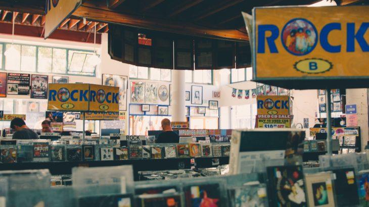 バンドマンのバイトは「CDショップ」がおすすめ!働くメリットとデメリットとは?